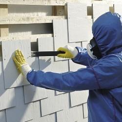 Arbeit mit Asbest: Nur mit persönlicher Schutzausrüstung in Form von Atemschutz und Schutzanzügen