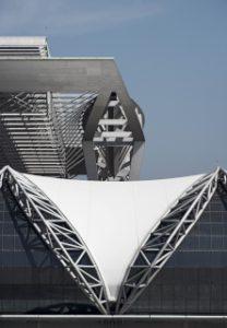 Bauen mit Stoff: Das von Werner Sobek geplante Lamellendach des neue Flughafens Bangkok mit einer Größe von 561 x 210 Metern ruht auf nur 16 Stützen in rund 40 Metern Höhe. Quelle: Rainer Viertlboeck, Gauting