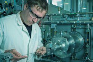 Basis neuer Technologien und Produkte: Dr. Martin Kirsten, wissenschaftlicher Mitarbeiter am ITM, an der Stabilisierungs- und Carbonisierungsanlage des Instituts zur Herstellung von Kohlenstofffasern Quelle: ITM/TU Dresden