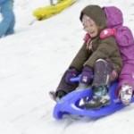 """Winterspaß auf den bekannten Kunststoff-Schlitten """"made in Thuringia"""" (Quelle: KHW)"""