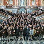 Gruppenbild der Teilnehmer am Staatsempfang im Prunktreppenhaus des Schlosses Herrenchiemsee am 03.05.2016 Bildquelle: LKZ Prien GmbH