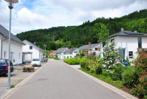 Fischerbach Neubaugebiet mit Anschlusspflicht: Von 23 Gebäuden sind 20, einige davon bereits in der vierten Saison, am bidirektionalen kalten Nahwärmenetz mit Eisspeicher angeschlossen. (Bild: IWP)
