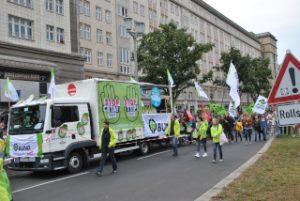 In sieben Städten wird am Samstag, den 17. September zeitgleich gegen CETA und TTIP demonstriert. Hier am Frankfurter Tor in Berlin.