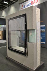 bautec 2016 Fenstermaschine: Vorgefertigte Sanierfenster mit integrierter Technik.