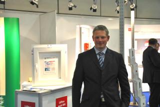 Innoperform Geschäftsführer Achim Kockler: Mit dem REGEL-air Fensterfalzlüfter auf der bautec 2016.