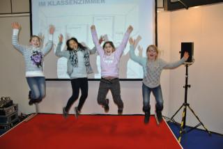 bautec 2016: Die Messreihe in der Schulklasse geht weiter. Mit Luftsprüngen bedanken sich die Schüler für die gesponserten Luftreinigungsgeräte ECO CLEAN inkl. notwendiger Messtechnik von der EFS Schermbeck GmbH.