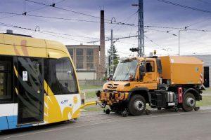 """Der """"2-Wege Unimog"""" wird genutzt als Rangierfahrzeug, in der Schienen- und Oberleitungswartung sowie bei Arbeiten auf und an den Strecken – hier eine Ausführung mit Kranaufbau."""