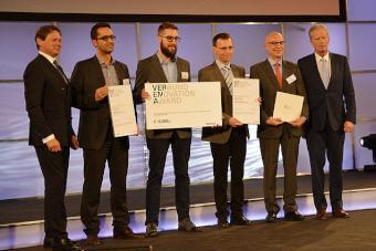 Geschäftsführer Ing. Robert Buchinger nahm die Auszeichnung anlässlich der Staatspreisverleihung Innovation in Wien entgegen. Vizekanzler Dr. Reinhold Mitterlehner (r.) und VERBUND-Vorstandsvorsitzender Wolfgang Anzengruber (l.) gratulierten dem VERENA-Siegerteam Ing. Robert Buchinger (Sunlumo), Max Wesle (Sunlumo), ao. Univ. Prof. DI Dr.mont. Gernot M. Wallner (JKU-IPMT) und o. Univ. Prof. DI Dr.mont. Reinhold W. Lang (JKU-IPMT) zu ihrem Erfolg (v. l. n. r.).