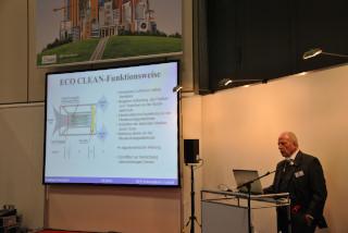 bautec 2016 Forum Gebäudetechnik: Die komplette Wirkungskette der Klima-und Lüftungstechnik war im Forum zu finden. Hier berichtet Eckhardt Steinicke über die Wirkungsweise neuer Umluftgeräte mit Sauerstoffaktivierung.