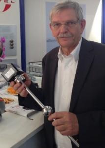 Einfach zu handhaben und universell einsetzbar: Orbit-Logistics-Geschäftsführer Achim Rudolf präsentiert den mit dem Industriepreis 2014 prämierten RFID-Füllstands- und Temperatursensor.Foto: Orbit Logistics