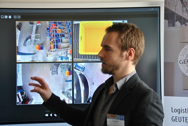 Jan Seitz, Wissenschaftlicher  Mitarbeiter an der TH Wildau  beschreibt die Funktionsweise der  Bilderfassung und -verarbeitung