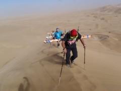 Obwohl die Dünenabfahrten oft nur 200 bis 300 Meter lang sind: Die Gipfelstürmerei mit entsprechender Sonnenschutz-Bekleidung und Sportausrüstung ist dennoch möglich