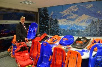 Weltmarktführer in Sachen Kunststoff-Rodel: KHW-Geschäftsführer Ralf Groteloh mit seiner Schlittenkollektion, die 2015 mit dem ersten seriellen Sandrodel mit besonders abriebfesten Kufen ergänzt werden soll (Quelle: KHW)