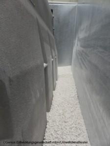 Blick in den Transportbehälter: Eine je nach Brandlast ausgelegte Schicht PyroBubbles umhüllt als elektrolytsaugende, isolierende und inertisierende Innenverpackung das defekte 250 kg Li-Ion-Batteriemodul (Bild: Genius Entwicklungsgesellschaft mbH)