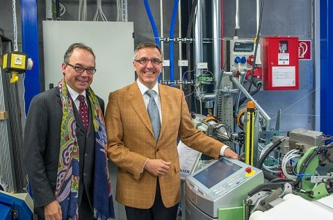 Der Wissenschaft verbunden: Peter D. Dornier (rechts) mit ITA-Chef Prof. Dr. Thomas Gries bei der Übergabe einer Luftwebmaschine A1 (Quelle: ITA)