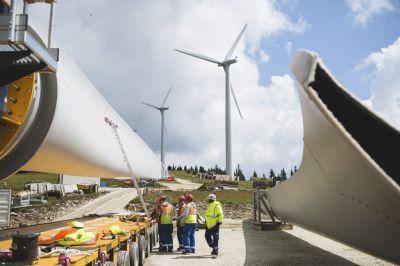 Der Windpark Steinriegel entstand in zwei Abschnitten. Die ersten Windräder drehen sich dort bereits seit 2005. Im Mai 2014 wurde mit der Erweiterung begonnen, am 17. Oktober fand bereits die Inbetriebsnahme statt. Der Windpark Steinriegel besteht nun aus 21 Windkraftanlagen mit einer installierten Gesamtleistung von 38,3 Megawatt und produziert nun jährlich 79.000 Megawattstunden Ökostrom. (Bild:Wien Energie/EHM)