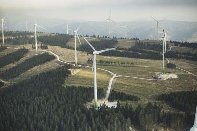 Am 8. Mai 2014 startete der Baubeginn für die Erweiterung des Windparks Steinriegel. Der Windpark Steinriegel 2 wird aus 11 Windkraftanlagen mit einer gesamten installierten Leistung von 25,3 Megawatt bestehen. Er ist eine Erweiterung des Windparks Steinriegel 1, der seit 2005 in Betrieb ist. (Bild:Wien Energie/EHM)