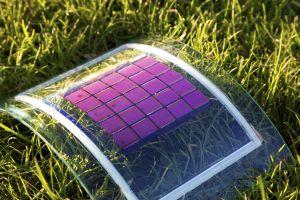 """Leicht, mechanisch flexibel und für viele Anwendungen geeignet: """"Plastik-Solarzellen"""" haben verschiedene Vorteile (Foto: Alexander Colsmann, KIT)"""