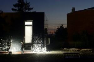 LOBSTER bei Nacht: Die Fassade besteht aus Aluminium-Verbundplatten, die computergestützt gefräst wurden. (Foto: Robin Nagel/Moritz Karl)