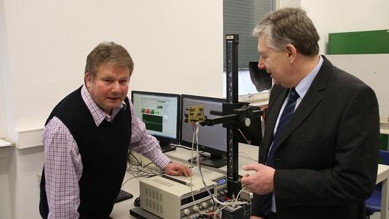 """Dieser Sensor kann Menschenleben retten: Prof. Dr. Peter Nauth (l.) und Prof. Dr. Andreas Pech mit dem europaweit patentierten Fußgängersensor. Auf dem linken Bildschirm leuchtet das rote Feld, was bedeutet """"Mensch in Sicht""""."""