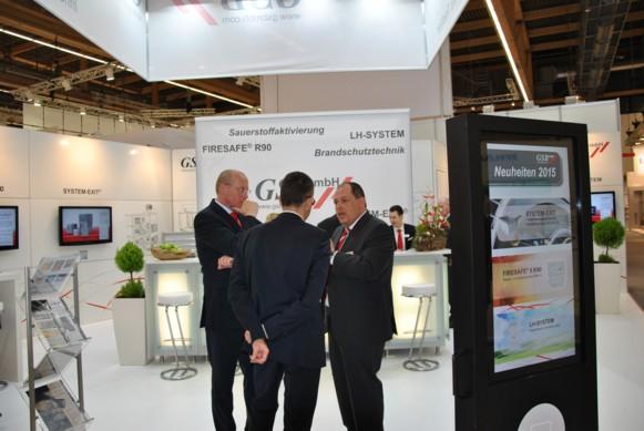 ISH 2015: Universal Hygieneturm LH-HGS 3000 für den mobilen Einsatz zur Verbesserung der Raumluftqualität Geschäftsführer Thomas Kolb im Messegespräch. (Bild: IWP/Umweltdienstleister)