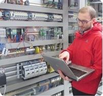 Foto: Grenzebach Andreas Seiler, von der Forschungsgruppe IT und Forensik (HSASec) untersucht industrielle Kontrollsysteme im Hinblick auf ihre IT-Sicherheit.